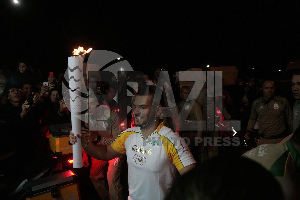 PORTO ALEGRE, RS, 07.07.2016 - RIO-2016 - Matheus Soper  durante o revezamento da Tocha Olímpica em Porto Alegre, na noite desta quinta-feira, 07. (Foto: Naian Meneghetti/Brazil Photo Press)