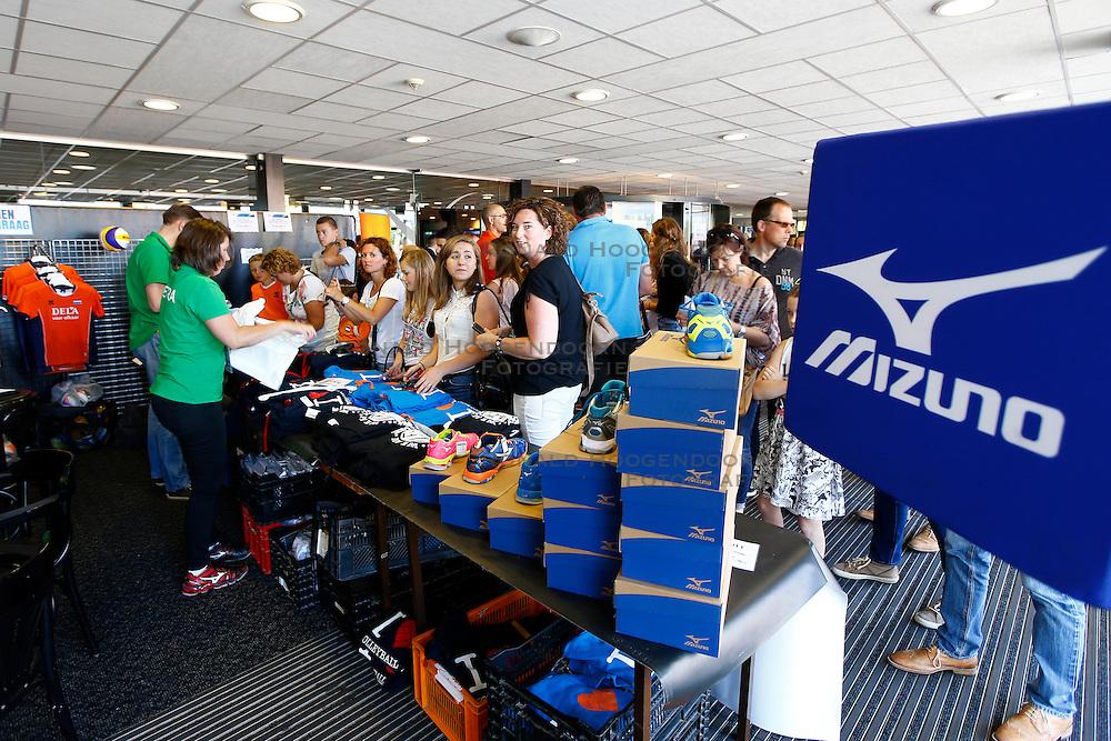 20150606 NED: World League Nederland - Belgie, Den Bosch <br />Shop, verkoop o.a. Mizuno kleding en volleybalschoenen.<br />&copy;2015-FotoHoogendoorn.nl / Pim Waslander