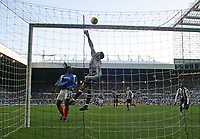 Photo: Andrew Unwin.<br /> Newcastle United v Portsmouth. The Barclays Premiership. 26/11/2006.<br /> Portsmouth's goalkeeper, David James, tips the ball over the bar.