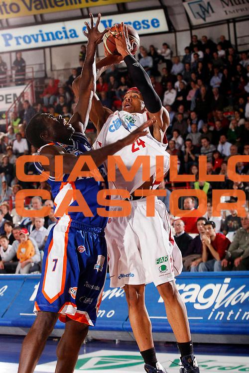 DESCRIZIONE : Varese Lega A1 2007-08 Cimberio Varese Tisettanta Cantu<br /> GIOCATORE : Delonte Hollad<br /> SQUADRA : Cimberio Varese<br /> EVENTO : Campionato Lega A1 2007-2008<br /> GARA : Cimberio Varese Tisettanta Cantu<br /> DATA : 30/03/2008<br /> CATEGORIA : Tiro<br /> SPORT : Pallacanestro<br /> AUTORE : Agenzia Ciamillo-Castoria/G.Cottini<br /> Galleria : Lega Basket A1 2007-2008<br /> Fotonotizia : Varese Campionato Italiano Lega A1 2007-2008 Cimberio Varese Tisettanta Cantu<br /> Predefinita :
