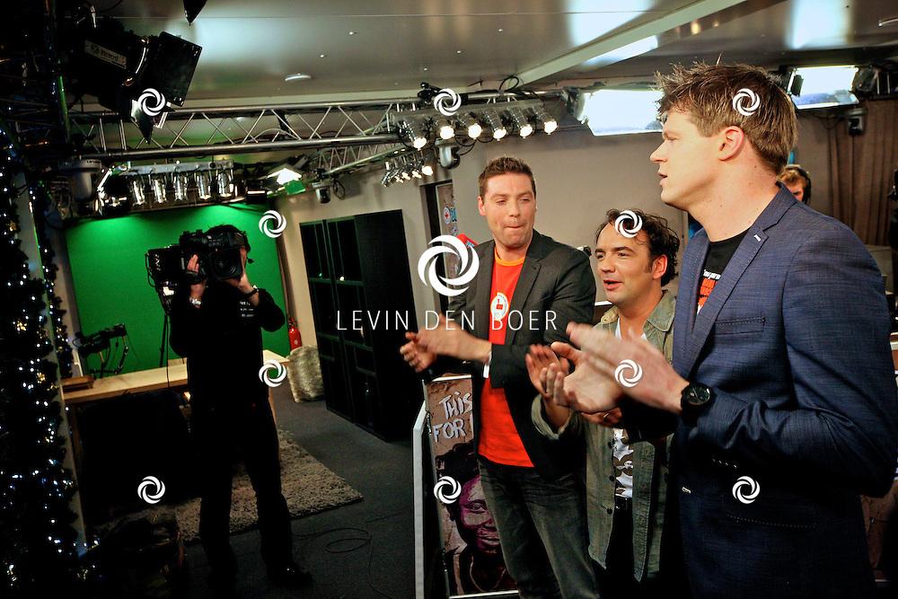 LEIDEN - De 3FM Serious Request actie is weer van start gegaan in Leiden.  Met op de foto Coen Swijnenberg, Timur Perlin en Gerard Ekdom. FOTO LEVIN DEN BOER - PERSFOTO.NU