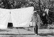 Mor Ester hänger tvätt på Odvalds.