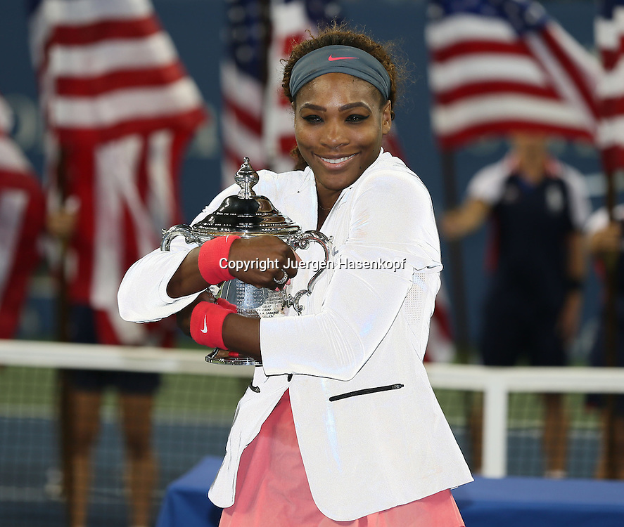 US Open 2013, USTA Billie Jean King National Tennis Center, Flushing Meadows, New York,<br /> ITF Grand Slam Tennis Tournament .<br /> Damen Endspiel,Finale, Siegerehrung,Prasentation.<br />  Siegerin Serena Williams (USA) mit dem Pokal,Halbkoerper,Querformat,Freude,<br /> Emotion,
