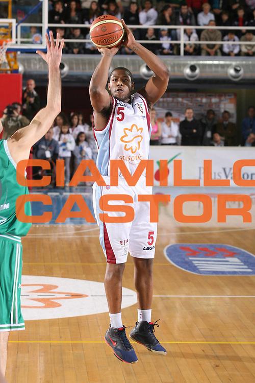 DESCRIZIONE : Rieti Lega A1 2007-08 Solsonica Rieti Benetton Treviso <br /> GIOCATORE : Carter <br /> SQUADRA : Solsonica Rieti <br /> EVENTO : Campionato Lega A1 2007-2008 <br /> GARA : Solsonica Rieti Benetton Treviso <br /> DATA : 06/01/2008 <br /> CATEGORIA : Tiro <br /> SPORT : Pallacanestro <br /> AUTORE : Agenzia Ciamillo-Castoria/G.Ciamillo