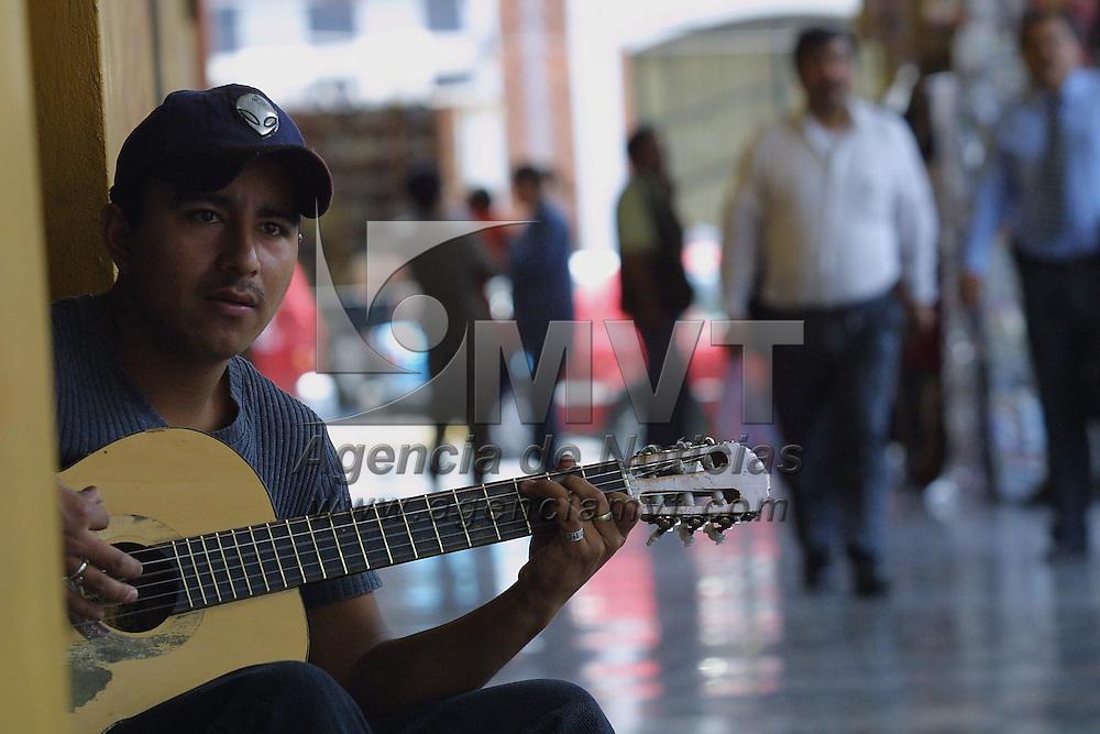 Toluca, M&eacute;x.- Trovador callejero en Toluca. Agencia MVT / Mario V&aacute;zquez de la Torre. (DIGITAL)<br /> <br /> NO ARCHIVAR - NO ARCHIVE