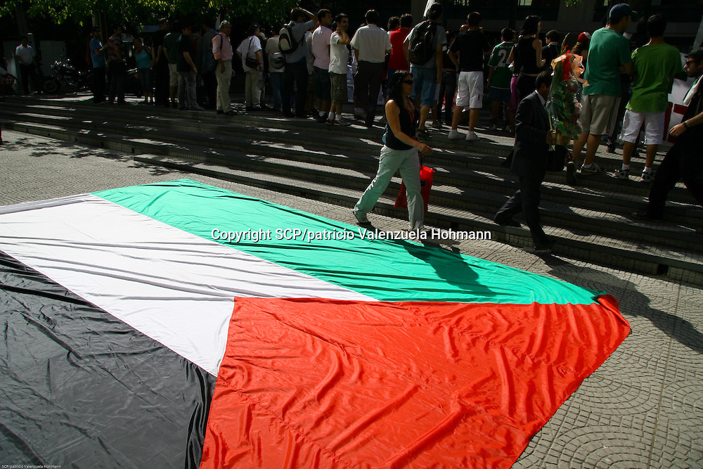 Members of the Chilean-Palestinian community gathered in front of Israel's emabassy to protest against the air strikes in Gaza.<br /> Santiago, Chile
