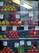 Schaufenster mit Gemüse und Obst im Zentrum der sibirischen Hauptstadt Nowosibirsk.<br /> <br /> Shopping window with fruits and vegetables in the center of the Sibirian capital Novosibirsk.