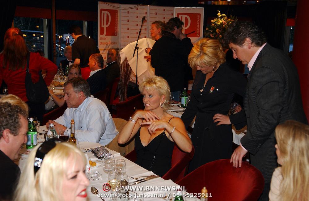 Benefietdiner tbv Orange Babies door Dinerjaarkaart, Caroline Tensen en Frank Wisse aan tafel