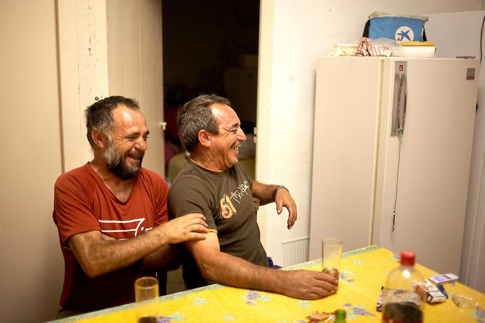 21/09/09 PAZIOLS (FRANCIA). Los hermanos Aurelio y José Hinojosa, al volver de las viñas de Paziols, se juntan en casa y departen ante un cubalibre. Aurelio dice que es la mejor recompensa después de un duro día de trabajo. .FOTOGRAFIA: TONI VILCHES.