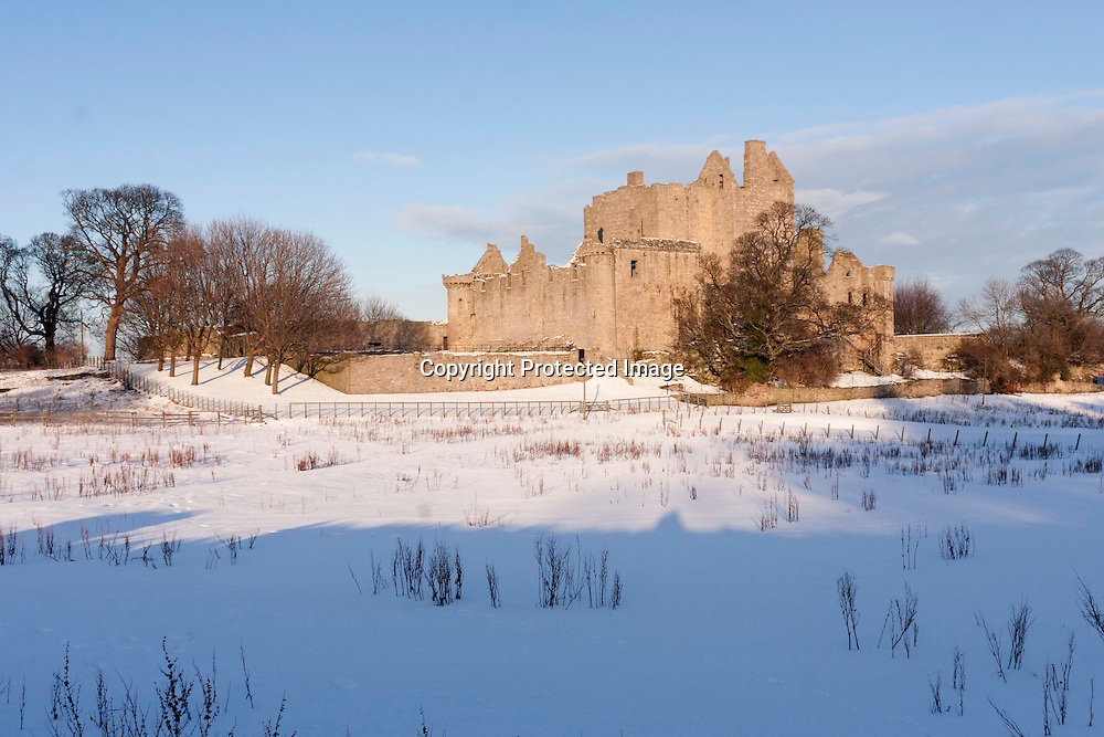 Edinburgh, Scotland. 6th January 2010. Craigmillar Castle covered of snow. Photos by Pako Mera.