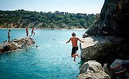 Springen van de rotsen bij Bauduen aan het Lac du St Croix, Frankrijk - Jumping from the rocks near Bauduen at the Lac du St Croix, France