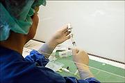 Nederland, Nijmegen, 21-3-2004..Bereiding door een laborante van cytostatica, medicijnen tegen kanker, geneesmiddel, chemokuur, ongeneeslijke ziekte, behandeling...Foto: Flip Franssen