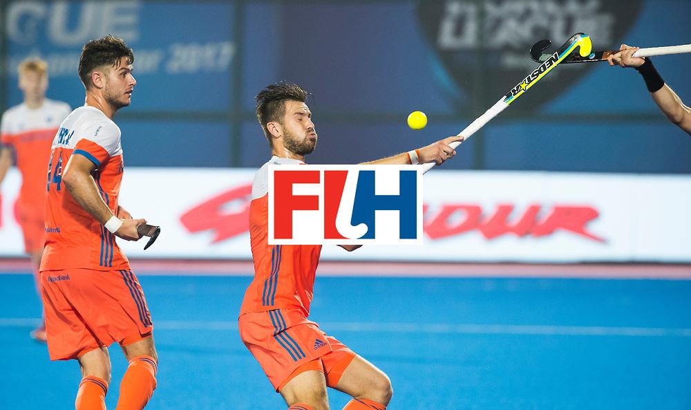 BHUBANESWAR - Martijn Havenga (Ned) aan de bal tijdens  de Hockey World League Final wedstrijd Nederland-Argentinie (3-3). links Robbert Kemperman (Ned).  COPYRIGHT  KOEN SUYK