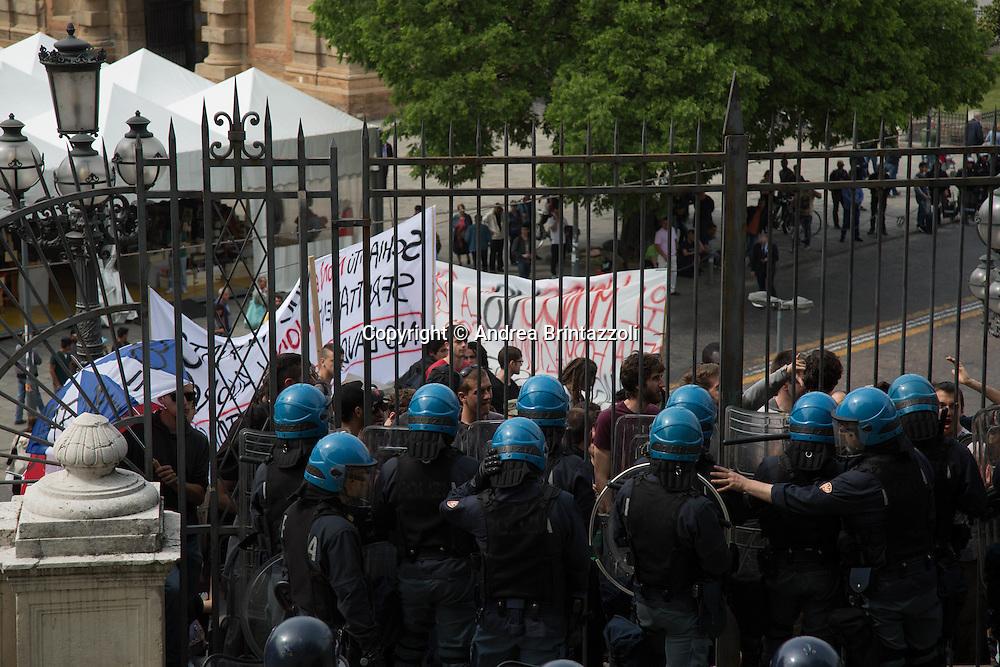 Bologna 03 Maggio 2015 Chiusura Festa Nazionale dell&rsquo;Unit&agrave;<br /> Nella Foto: contestazioni davanti ai cancelli del Parco della Montagnola per la Festa de Unit&agrave;