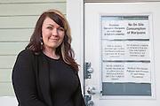 The Agrestic. Corvallis, Oregon, USA<br /> <br /> Kayla Dunham, 33 och hennes man driver tv&aring; cannabis-butiker, en odling och en anl&auml;ggning f&ouml;r g&ouml;ra livsmedel av cannabis. De har 45 anst&auml;llda.<br /> <br /> -De nya reglerna som kom med legaliseringen f&ouml;r n&ouml;jesbruk gynnar kommersiell handel av cannabis snarare &auml;n den form av byteshandel som var vanlig med cannabis f&ouml;r medicinskt bruk. Tidigare kunde vi sk&auml;nka lite cannabis till patienter utan pengar och l&aring;ta de anst&auml;llda prova v&aring;ra varor, men det &auml;r sv&aring;rare nu. <br /> <br /> -Vi s&auml;ljer mest av den b&auml;sta cannabisen och av den billigaste. P&aring; sommaren &auml;r de mer energigivande Sativa-sorterna mest popul&auml;ra och p&aring; vintern f&ouml;redrar m&aring;nga Indica-sorternas mer avslappnande effekt.