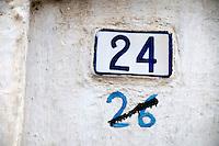 Alessano (Lecce) - Evidente cambio di numerazione in una via di Alessano con grossolana modifica del numero sbarrando il precendente.