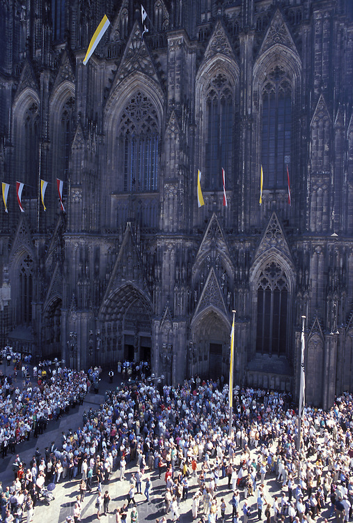 DEU, Germany, Cologne, Pontifical Mass on August 15th, 1998, 750 years Cologne Cathedral, crowd in front of the cathedral.....DEU, Deutschland, Koeln, Pontifikalamt am 15.8.98, 750 Jahre Koelner Dom, Menschen vor dem Dom.