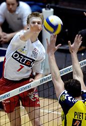 04-03-2006 VOLLEYBAL: FINAL 4 HEREN: PIET ZOOMERS D - ORTEC NESSELANDE: ROTTERDAM<br /> In een mooie halve finale werd Piet Zoomers D met 3-1 verslagen door Ortec Nesselande / Jan Willem Snippe<br /> Copyrights 2006 WWW.FOTOHOOGENDOORN.NL