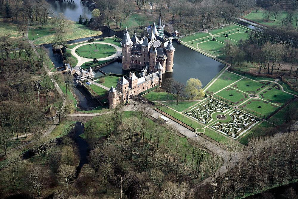 Nederland, Utrecht, Haarzuilens, 08-03-2002; kasteel de Haar, eigendom van de baron Van Zuylen; oorspronkelijk bevond zich hier het middeleeuwse huis De Haar, later in verval geraakt (ruines); het huidige kasteel is tussen 1892 tot 1912 gebouwd na een ontwerp van architect P. Cuypers; tijdens de (her)bouw is ook het omliggende Engelse landschapspark aangelegde (dit landgoed nu in beheer bij Natuurmonumenten) evenals de formele (Franse) stijltuin;.cultuurgoed geschiedenis slot literatuur Belle Van Zuylen;<br /> luchtfoto (toeslag), aerial photo (additional fee)<br /> foto /photo Siebe Swart