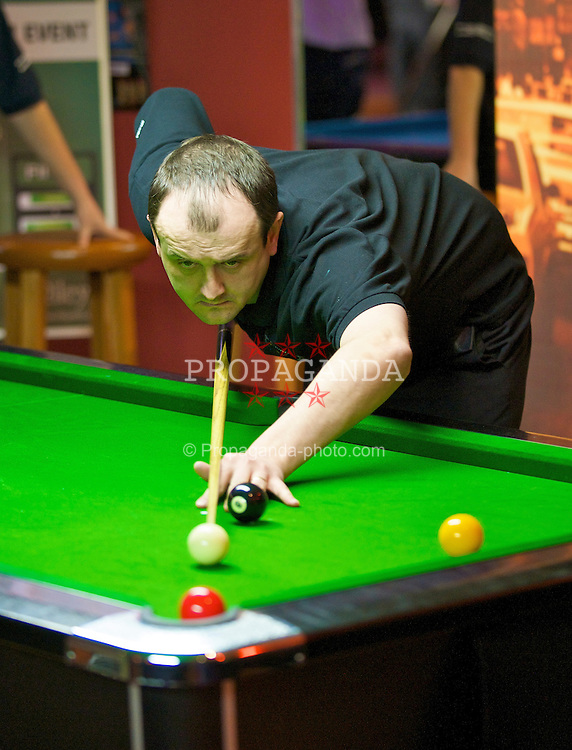 LIVERPOOL, ENGLAND - Saturday, February 21, 2009: Helmets' Steve Moores during the final of the Hainsworth Cue Sports Cloth £10,000 4 Person Tournament at Rileys Grand Central Liverpool. (Photo by David Rawcliffe/Propaganda)