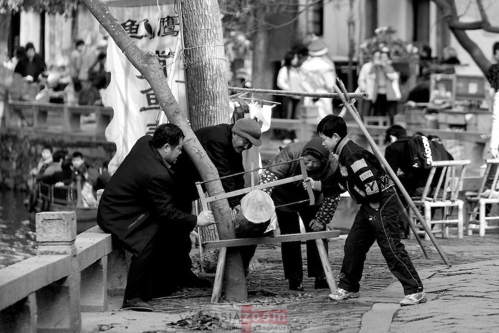 Corvée de bois pour cette famille a Tongli dans le Wujiang en Chine, mars 2007