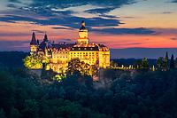 Schloss Fürstenstein, das größte Schloss Schlesiens, liegt im Waldenburger Bergland auf dem Fürstenberg, der im Süden, Westen und Nordwesten von einer tiefen Schlucht der Polsnitz umgeben ist.
