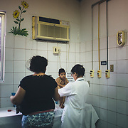A doctor of the Dr. Regina Coeli team, responsible for the maternity ward of Oswaldo Cruz in Recife, visit Leonardo Gabriel, he is very underweight.