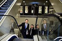 Nederland. Den Haag, 18 februari 2010.<br /> Maxime Verhagen, minister van Buitenlandse Zaken, arriveert bij de vergaderzaal. Hij moest, samen met collega Koenders, in een later stadium aanschuiven bij de premier en de beide vice premiers<br /> Spoeddebat in de Tweede Kamer over de ontstane crisissituatie binnen het kabinet over Uruzgan, daags voor de val van het vierde kabinet Balkenende.<br /> Foto Martijn Beekman
