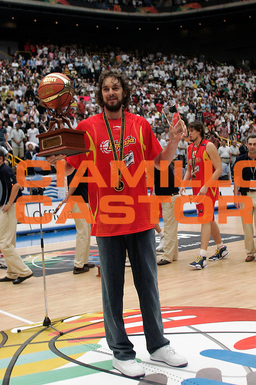DESCRIZIONE : Saitama Giappone Japan Men World Championship 2006 Campionati Mondiali Final Greece-Spain <br /> GIOCATORE : Gasol Mvp <br /> SQUADRA : Spain Spagna <br /> EVENTO : Saitama Giappone Japan Men World Championship 2006 Campionato Mondiale Final Greece-Spain <br /> GARA : Greece Spain Grecia Spagna <br /> DATA : 03/09/2006 <br /> CATEGORIA : Premiazione Esultanza <br /> SPORT : Pallacanestro <br /> AUTORE : Agenzia Ciamillo-Castoria/A.Vlachos <br /> Galleria : Japan World Championship 2006<br /> Fotonotizia : Saitama Giappone Japan Men World Championship 2006 Campionati Mondiali Final Greece-Spain <br /> Predefinita :