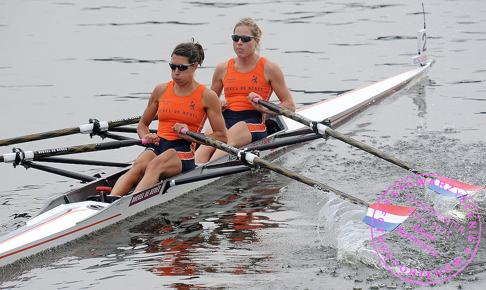 (L) MAAIKE HEAD & (R) RIANNE SIGMOND (BOTH NETHERLANDS) COMPETE IN THE WOMEN'S LIGHTWEIGHT QUADRUPLE DOUBLE SCULLS REPECHAGE DURING DAY FOUR OF REGATTA WORLD ROWING CHAMPIONSHIPS ON MALTA LAKE IN POZNAN, POLAND...POZNAN , POLAND , AUGUST 26, 2009..( PHOTO BY ADAM NURKIEWICZ / MEDIASPORT )..PICTURE ALSO AVAIBLE IN RAW OR TIFF FORMAT ON SPECIAL REQUEST.