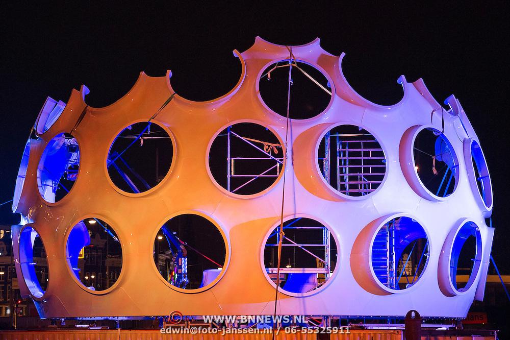 In de periode van 6-12-2013 tot en met 19-01-2014 toont het Amsterdam Light Festival een collectie werken van nationale en internationale kunstenaars, die zich bezig hebben gehouden met het thema Building with Light. Op de foto het door de Sinterklaasstorm vernielde werk Fly's Eye Dome voor het Centraal Station.