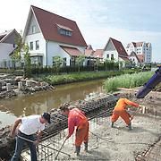 Nederland Den Haag 13 mei 2009 20090513 Foto: David rozing .Nieuwbouwwijk Wateringse Veld, bouwvakkers storten cement voor fundering van nieuwe brug  Foto: David Rozing