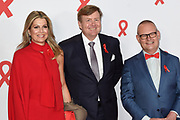 Red Ribbon Concert met Pop-up Aids Expo in de AFAS Live. Het concert vraagt aandacht voor de internationale aidsbestrijding. <br /> <br /> Red Ribbon Concert with Pop-up Aids Expo in the AFAS Live. The concert demands attention for the international AIDS response.<br /> <br /> Op de foto / On the photo:  Koning Willem Alexander en Koningin Maxima met Bertus Tempert voorzitter hiv-vereniging / Queen Maxima and King Willem Alexander with Bertus Tempert chairman of the HIV association