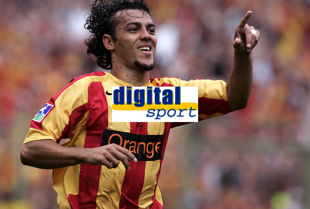 FOOTBALL - FRENCH CHAMPIONSHIP 2005/2006 - RC LENS v OLYMPIQUE MARSEILLE - 06/08/2006 - JOY HILTON (LENS) AFTER HIS GOAL - PHOTO JEAN MARIE HERVIO /DIGITALSPORT *** Local Caption *** 40001759
