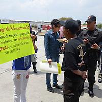 Toluca, México.- Algunos integrantes de la Organización de Comerciantes de la Central de Abastos de Toluca se manifestaron mientras se realizaba la asamblea a puerta cerrada para designar a la nueva mesa directiva. Agencia MVT / Arturo Hernández S.