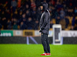 WOLVERHAMPTON, ENGLAND - Friday, December 21, 2018: Liverpool's manager Jürgen Klopp watches the pre-match warm-up in the rain before the FA Premier League match between Wolverhampton Wanderers FC and Liverpool FC at Molineux Stadium. (Pic by David Rawcliffe/Propaganda)