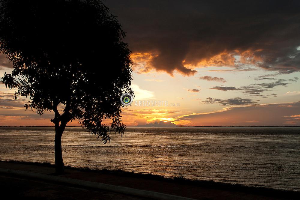 Por do sol no rio Amazonas em Parintins./Sunset on the Amazon River in Parintins.