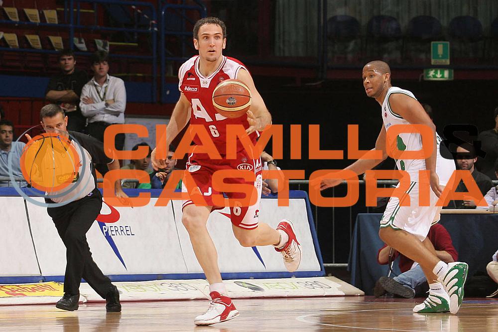 DESCRIZIONE : Milano Lega A1 2005-06 Play Off Quarti Finale Gara 4 Armani Jeans Olimpia Milano Benetton Treviso <br /> GIOCATORE : Schultze <br /> SQUADRA : Armani Jeans Olimpia Milano <br /> EVENTO : Campionato Lega A1 2005-2006 Play Off Quarti Finale Gara 4 <br /> GARA : Armani Jeans Olimpia Milano Benetton Treviso <br /> DATA : 25/05/2006 <br /> CATEGORIA : Palleggio <br /> SPORT : Pallacanestro <br /> AUTORE : Agenzia Ciamillo-Castoria/S.Ceretti <br /> Galleria : Lega Basket A1 2005-2006 <br /> Fotonotizia : Milano Campionato Italiano Lega A1 2005-2006 Play Off Quarti Finale Gara 4 Armani Jeans Olimpia Milano Benetton Treviso <br /> Predefinita :
