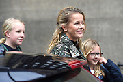 Prinses Beatrix geeft in het Koninklijk Paleis in Amsterdam een verjaardagsontvangst voor familie, vrienden en bekenden. Prinses Beatrix werd afgelopen woensdag tachtig jaar en vierde haar verjaardag in besloten kring.<br /> <br /> Princess Beatrix gives a birthday reception for family, friends and acquaintances at the Royal Palace in Amsterdam. Princess Beatrix was eighty years old last Wednesday and fourth birthday in private.<br /> <br /> Op de foto / On the photo:  Prinses Mabel met haar dochters gravin Luana en gravin Zaria // Princess Mabel with her daughters countess Luana and countess Zaria