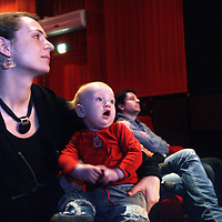 Nederland, Amsterdam , 16 februari 2013...in The Movies (haarlemmerstraat) naar een bioscoopfilm waar ouders hun babies tot 1 jaar mogen meenemen..Experiment afkomstig uit Noorwegen om ouders van 1 jarige babies buiten de deur te krijgen en ze met baby naar een film in de bioscoop te laten kijken,.Foto:Jean-Pierre Jans