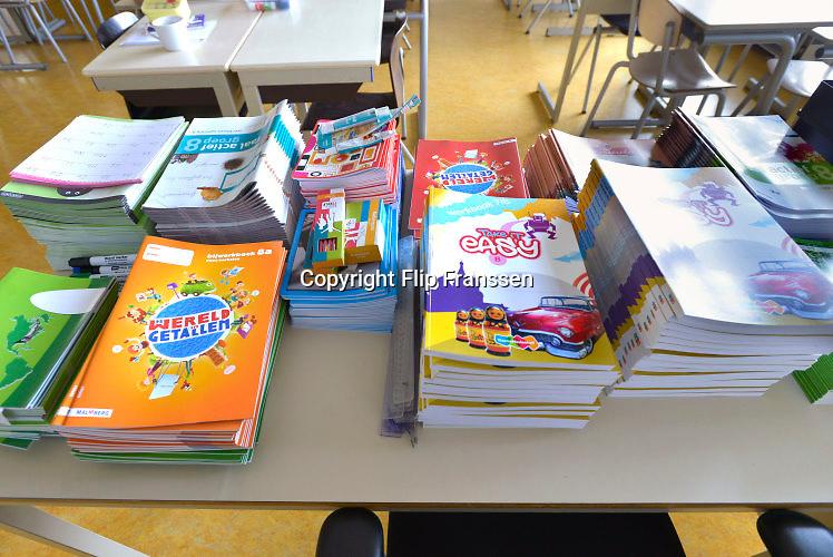 Nederland, Haalderen, 26-8-2016klaslokaal op de basisschool van een klein dorp is klaar voor het nieuwe schooljaar . De nieuwe leerboeken liggen op de tafeltjes .Foto: Flip Franssen