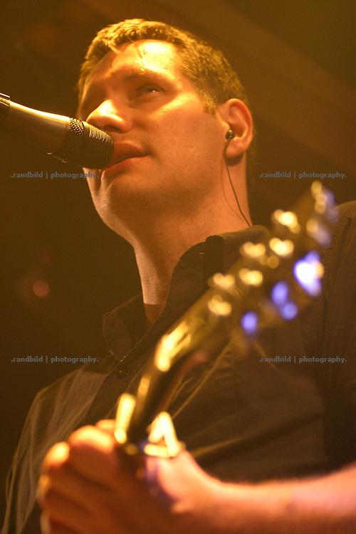 Marcus Wiebusch von der aufsteigenden Hamburger deutschrock Band Kettcar bie einem Konzert in Platenlaase.