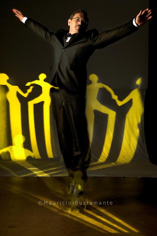 """Kunststück: Peters Zwirn mit Kellnerf liege. ,,Dieser.Anzug ist mein Heiligtum"""", sagt Peter. Vom Hinz&Kunzt-.Verkauf hat er Geld gespart und den Dreiteiler günstig in.einem Kaufhaus erstanden. Nur die passende Fliege gab es.da nicht. Die kaufte der 55-Jährige in einem Fachgeschäft.für Berufsbekleidung. Tanzen ist schon seit 40 Jahren Peters.große Leidenschaft - bis in die zweithöchste Amateurklasse.hat er es geschafft. Auf der Straße habe er Genügsamkeit.gelernt, sagt er: ,,Ich kann auf vieles verzichten."""" Nur nicht.auf das Glück, eine Frau im Arm zu halten und mit ihr im.Slow Foxtrott übers Parkett zu schweben. Und selbst wenn.Peter gerade nicht tanzt: Sein Anzug macht überall einen.Tänzer aus ihm."""