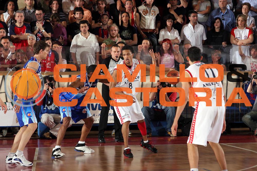 DESCRIZIONE : Biella Lega A1 2005-06 Angelico Biella Vertical Vision Cantu <br />GIOCATORE : Williams<br />SQUADRA : Angelico Biella<br />EVENTO : Campionato Lega A1 2005-2006<br />GARA : Angelico Biella Vertical Vision Cantu<br />DATA : 14/05/2006<br />CATEGORIA : Palleggio<br />SPORT : Pallacanestro<br />AUTORE : Agenzia Ciamillo-Castoria/S.Ceretti