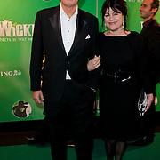 NLD/Scheveningen/20111106 - Premiere musical Wicked, Robert ten Brink en partner Roos Cialona