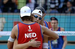 26-08-2006: VOLLEYBAL: NESTEA EUROPEAN CHAMPIONSHIP BEACHVOLLEYBALL: SCHEVENINGEN<br /> Gijs Ronnes en Jochem de Gruijter pakken de zilveren medaille op het EK<br /> ©2006-WWW.FOTOHOOGENDOORN.NL