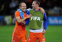 FUSSBALL WM 2010    VIERTELFINALE  06.07.2010 Uruguay - Niederlande Arjen ROBBEN (li) und Andre OOIJER (re, beide Holland) freuen sich nach dem Abpfiff