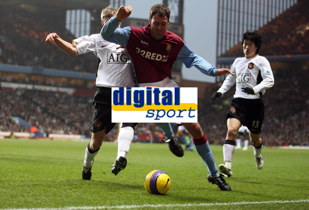 Photo: Rich Eaton.<br /> <br /> Aston Villa v Manchester United. The Barclays Premiership. 23/12/2006. Darren Fletcher left of Man United and Chris Sutton go for the ball