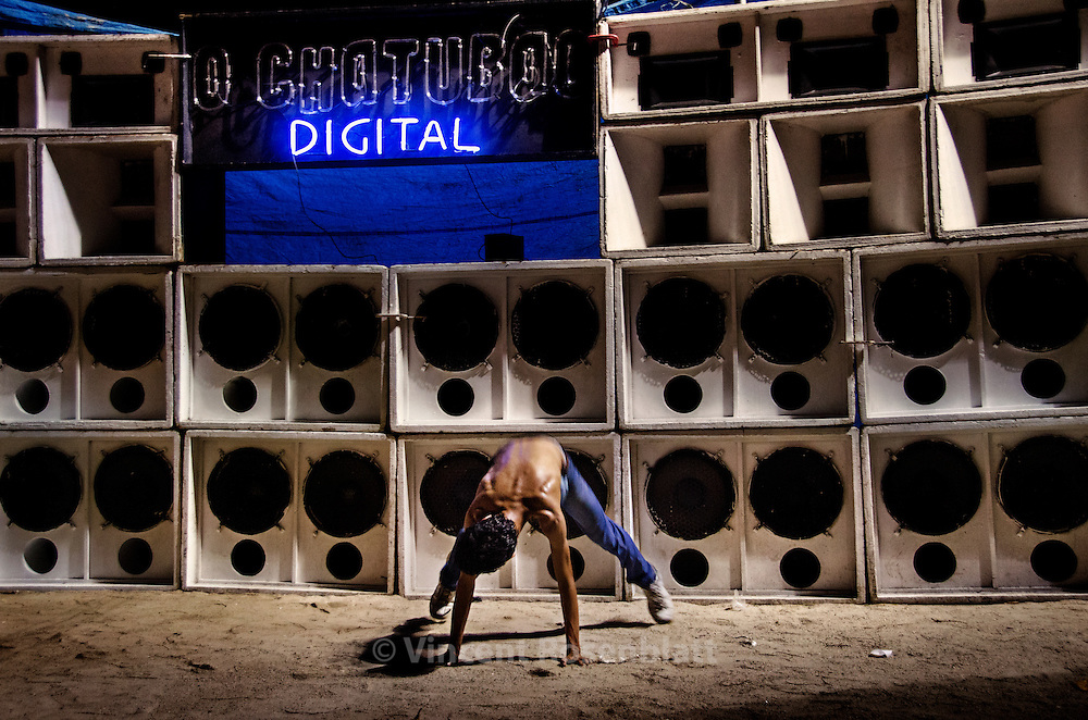 Dancer interacting with the Chatubäo Digital soundsystem, at the Campo da Ordem, in the Vila Cruzeiro favela. Short after the invasion of the Complexo da Penha by the Brazilian Army, they allowded the Bailes for a time, under survey. Before the invasion, Vila Cruzeiro was one of the headquarter of the Comando Vermelho and also hosting a famous baile every Friday night.