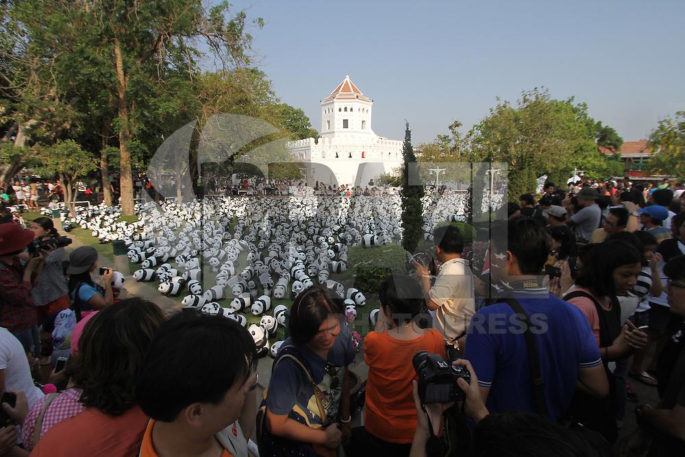 BANGCOC, TAILANDIA, 12.03.2016 - EXPOSIÇÃO-PANDAS - Mais de 1.600 pandas de papel são exibidos em mostra no Santi Chai Prakarn em Bangcoc, na Tailândia, neste sábado. O trabalho foi feito pelo artista francês Paulo Grangeon. (Foto: Vichan Poti/Brazil Photo Press)